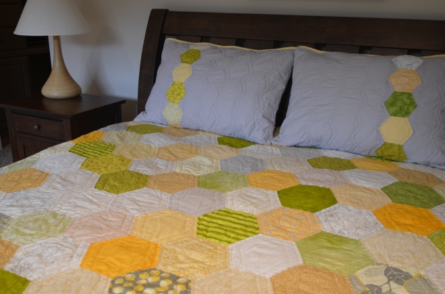 Honeycomb quilt ~ revealed! | Sewfrench : honeycomb quilt - Adamdwight.com